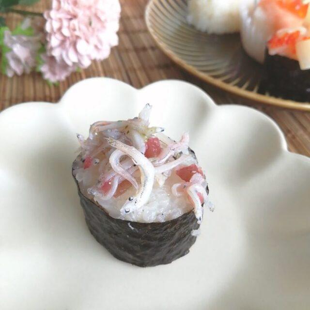カリカリ梅としらすの海苔巻き寿司