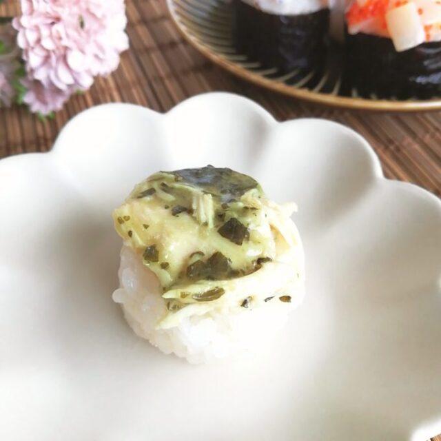 バジルで味付けした蒸し鶏の手まり寿司