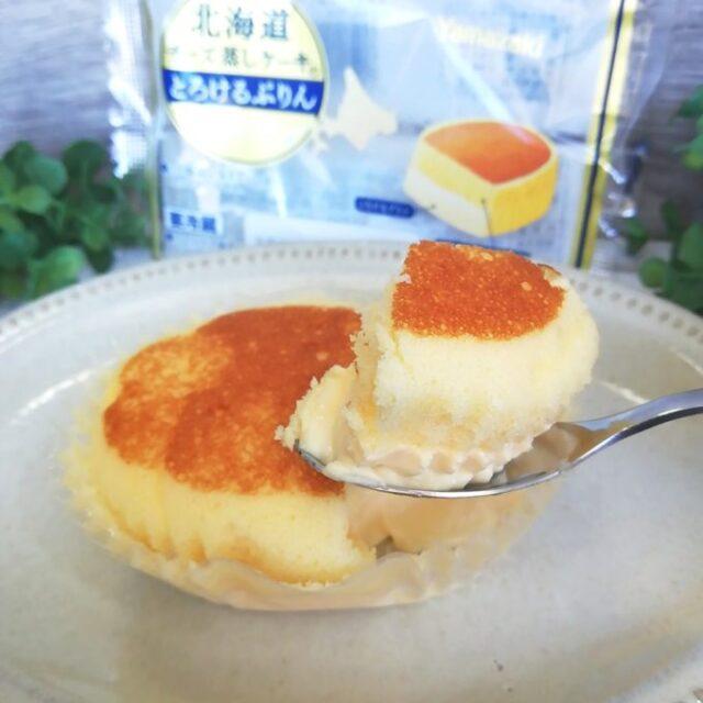北海道チーズ蒸しケーキのとろけるプリンをすくったところとパッケージ