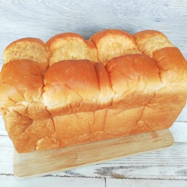 業務スーパーの天然酵母食パンをパッケージから出したところ