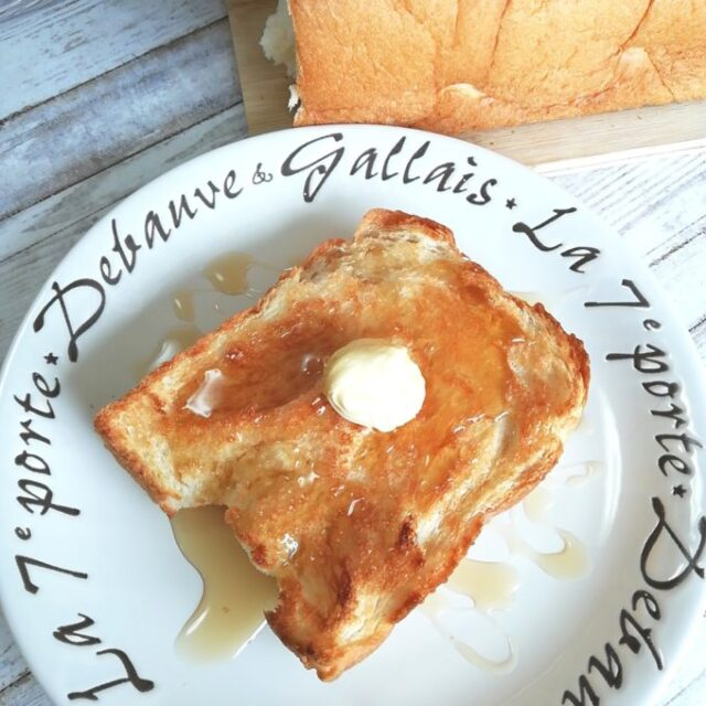 業務スーパーの天然酵母食パンをバター+メイプルシロップにアレンジ
