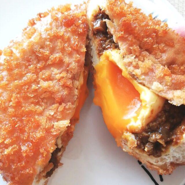 ローソン新作カレーパン「とろ~り半熟卵入りカレーパン」の卵がとろ~りあふれているところ
