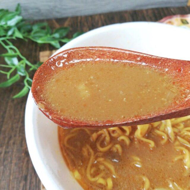 セブンイレブン「すみれ」のカップラーメンのスープ