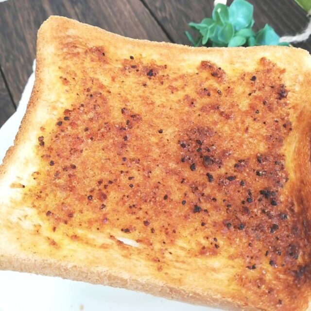 カルディ新商品「ぬって焼いたらカレーパン」のクリームを塗った食パンのアップ画像