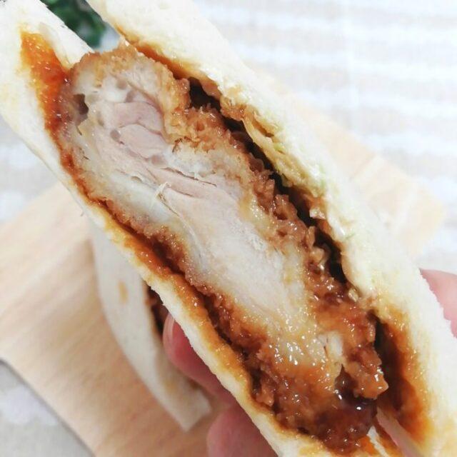 ファミマのサンドイッチ「チキンカツサンド」の断面のアップ写真