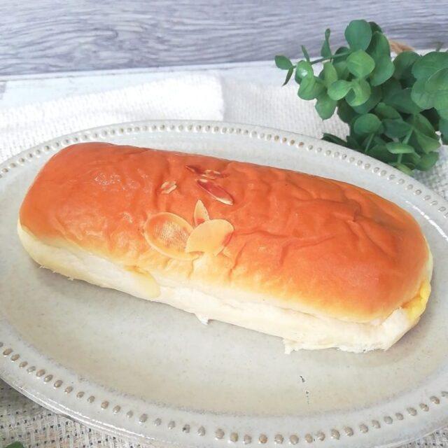 ファミマのクリームを味わうクリームパンを袋から出した姿