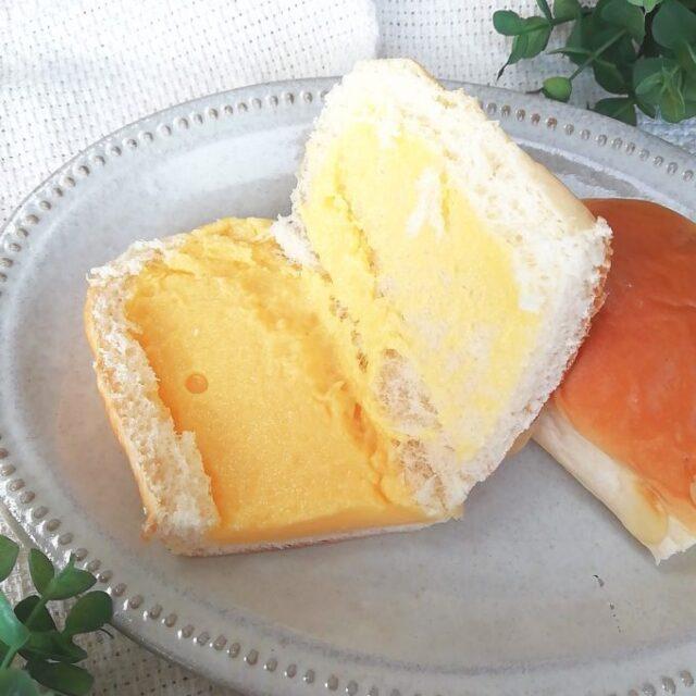 ファミマのクリームを味わうクリームパンを開いたところ