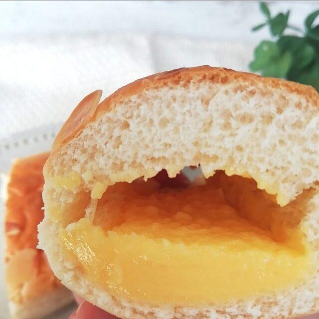ファミマのクリームを味わうクリームパンを手に持ったところ