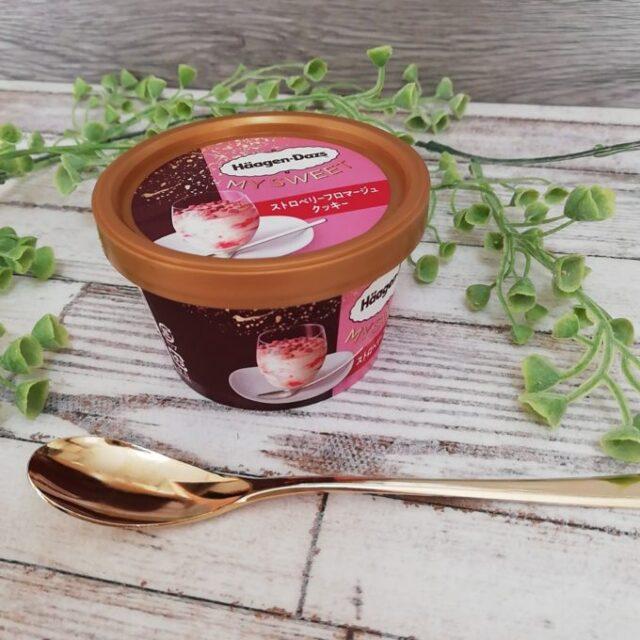 ハーゲンダッツのストロベリーフロマージュクッキーのパッケージとスプーン