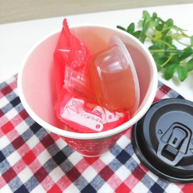 カップに入ったローソンのりんごだけでつくったりんご茶のティーバッグとりんご蜜