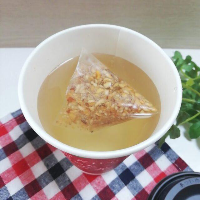 お湯を入れたローソンのりんごだけでつくったりんご茶のティーバッグ