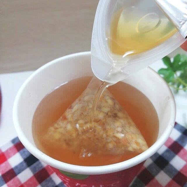 ローソンのりんごだけでつくったりんご茶にりんご蜜を入れる
