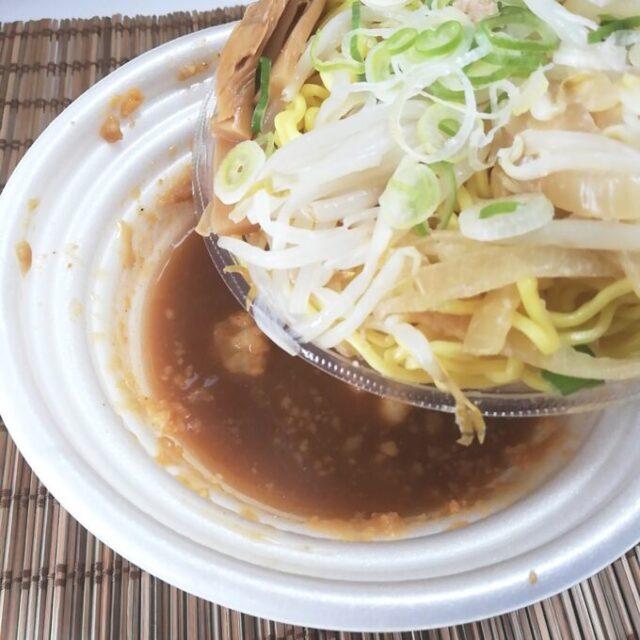 セブンイレブンのチルドタイプのすみれの具と麺をスープに投入