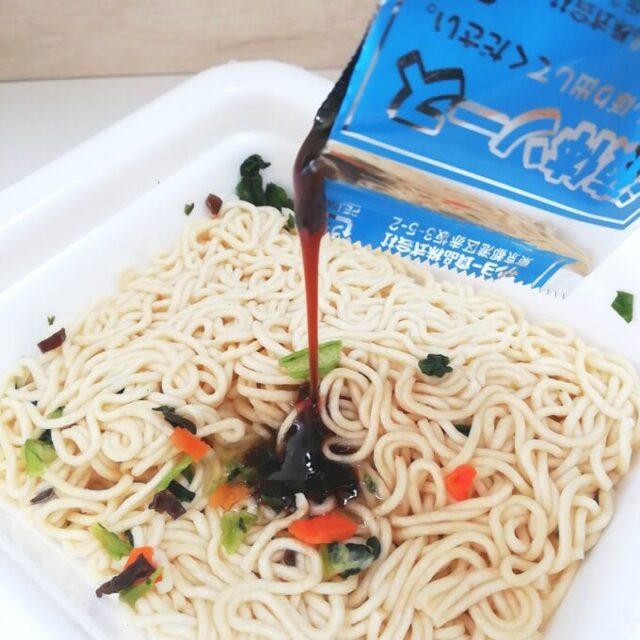 カルディの上海風炒麺にソースを入れているところ