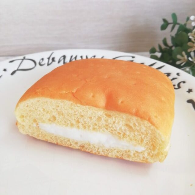 セブンイレブンの2色の牛乳パンのミルク味
