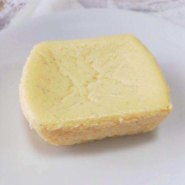 セブンイレブンのバニラ香るチーズテリーヌの容器をはずしたところ