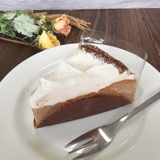 スタバの紅茶のアーモンドミルクケーキとフォーク