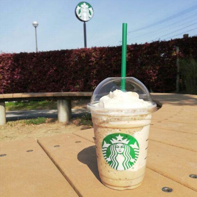 スタバのコーヒークリームフラペチーノと風景